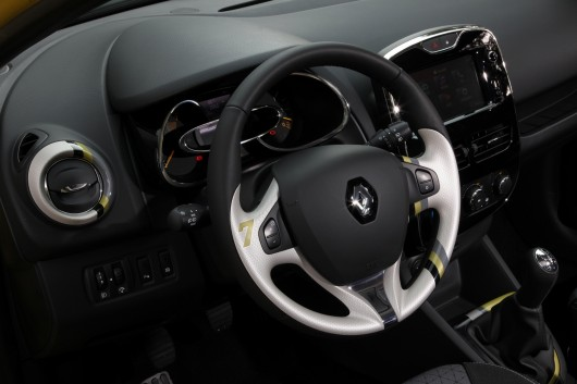 First drive new renault clio for Interieur clio 4
